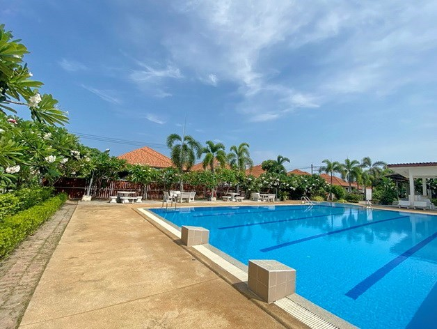 House for rent South Pattaya showing the communal pool and terrace