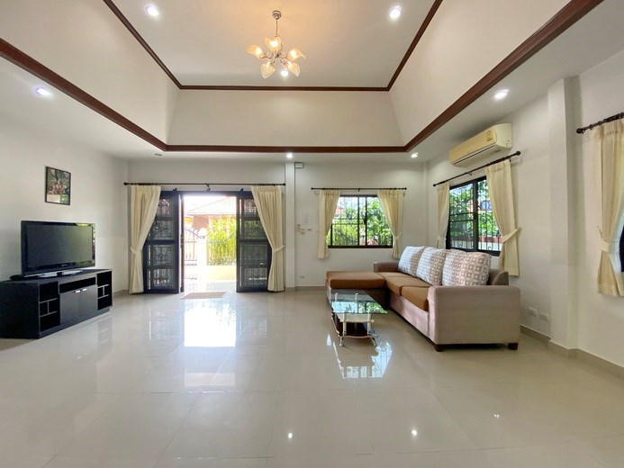 House for rent South Pattaya showing the living and dining areas