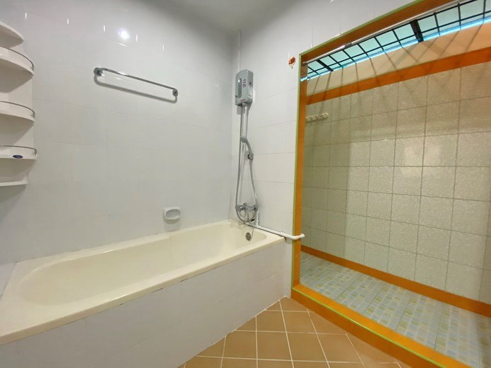 House for rent South Pattaya showing the master bathroom