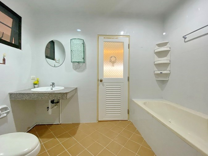 House for rent South Pattaya showing the master bathroom with bathtub