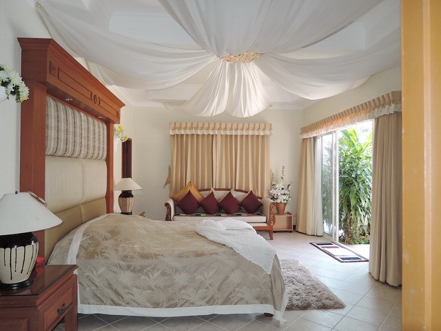 House for rent at View Talay Villas Jomtien showing the master bedroom suite