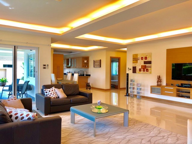 House for sale East Pattaya showing the living, dining and kitchen