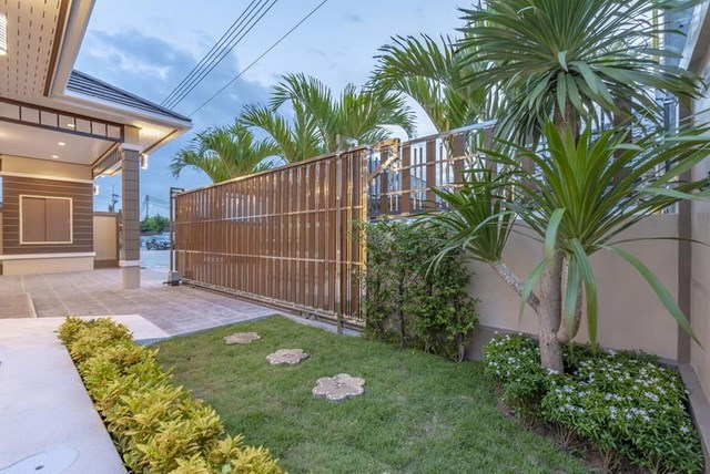 House for sale Pattaya Mabprachan showing the garden and gate