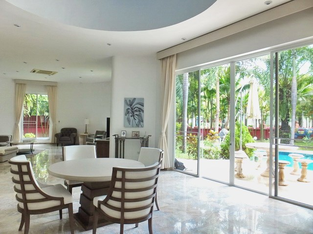 House for sale Nongpalai Pattaya showing the dining, living and terrace