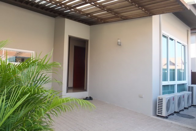 House for sale East Jomtien showing the carport