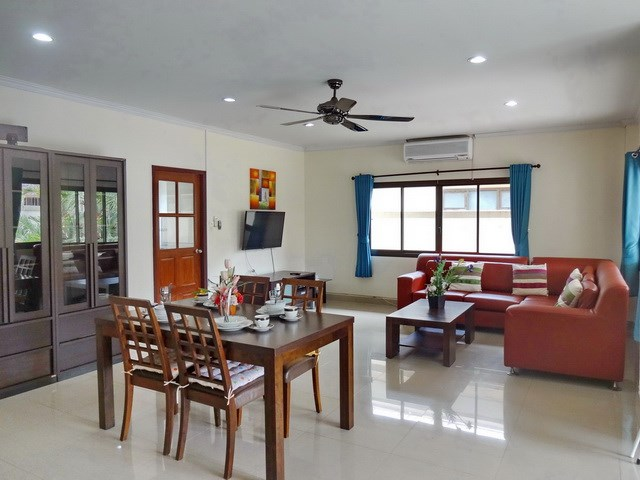 House for sale Jomtien Pattaya showing the living and dining areas