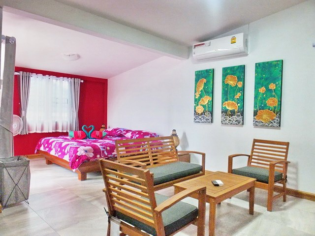 House for sale South Pattaya showing the master bedroom with lounge area