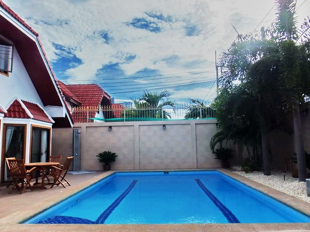 House for sale South Pattaya showing the private pool