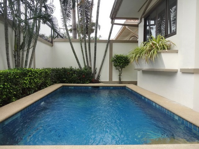 House for sale Jomtien Pattaya showing the private pool