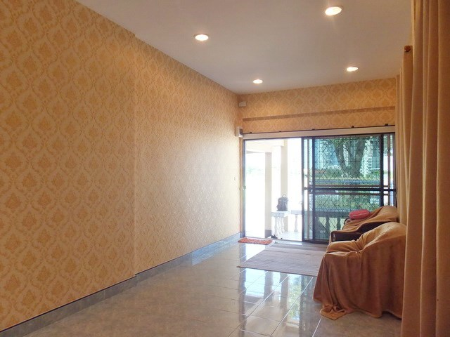 House for sale WongAmat Pattaya showing the living and entrance