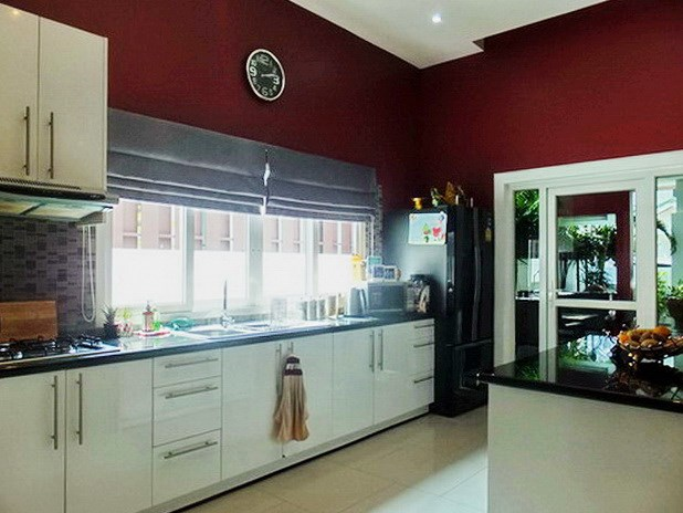 House for sale East Pattaya showing the kitchen and entrance
