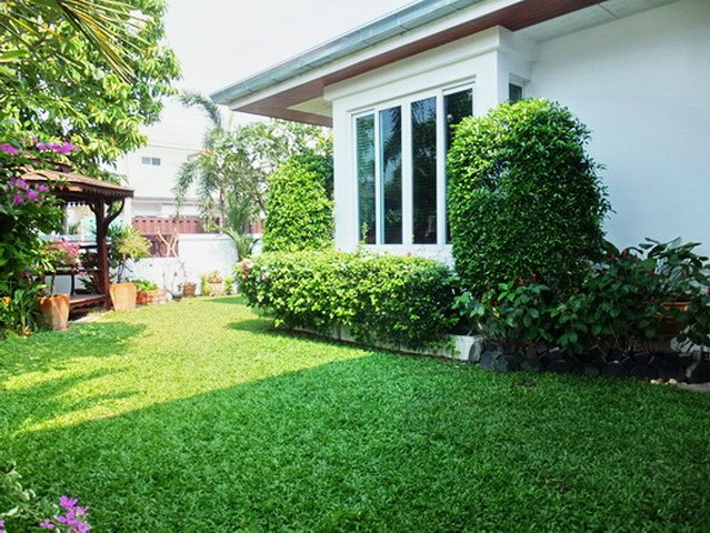House for sale East Pattaya showing the sala and garden