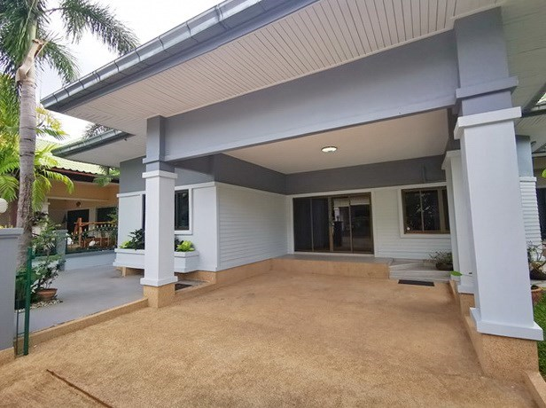 House for sale East Pattaya showing the carport