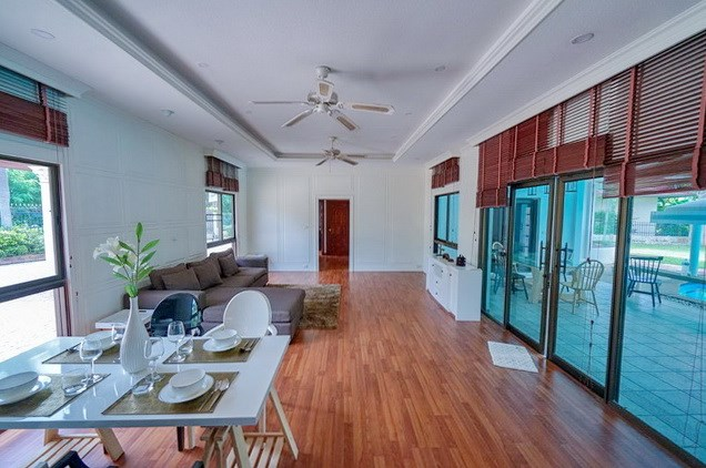 House for sale East Pattaya showing the living and dining areas