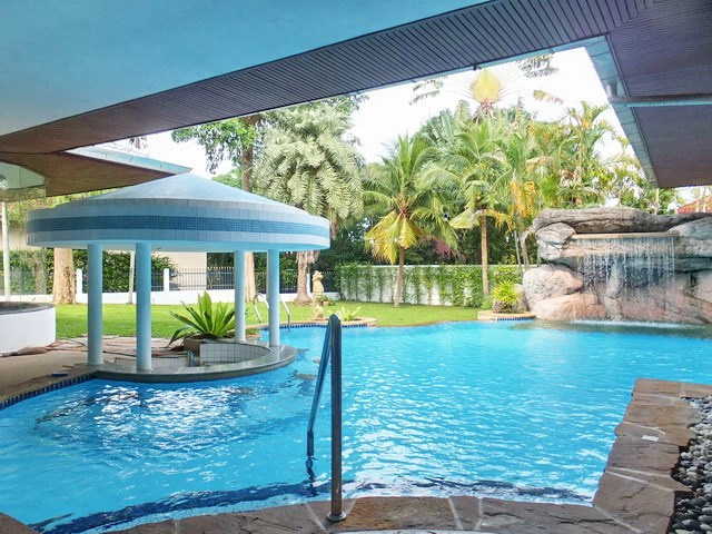 House for sale East Pattaya showing the pool bar area