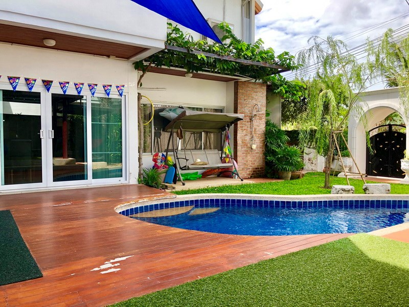 House for sale East Pattaya showing the pool and garden