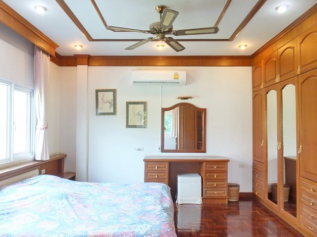 House for Sale Mabprachan Pattaya showing the master bedroom