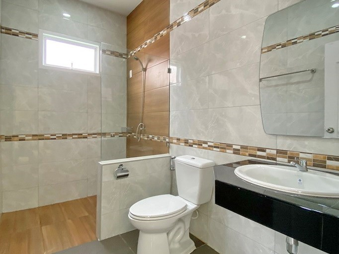 House for sale Mabprachan Pattaya showing the second bathroom