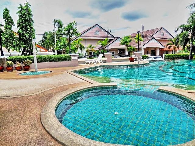 House for sale Pattaya showing the communal swimming pool