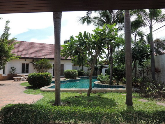 House for rent East Pattaya showing the house garden and pool