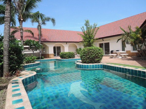 House for rent East Pattaya showing the house and pool