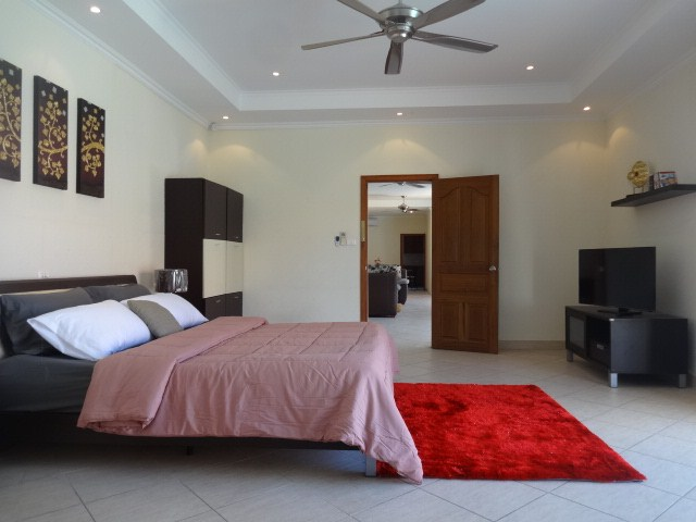House for rent Pratumnak Pattaya showing the master bedroom