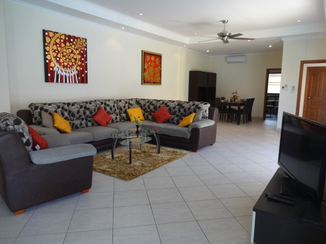 House for rent Pratumnak Pattaya showing the open plan living area