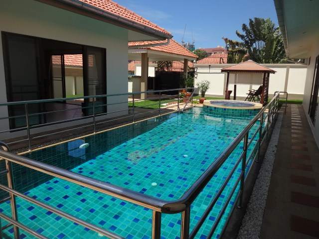 House for rent Pratumnak Pattaya showing the private swimming pool